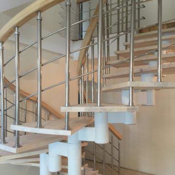 Изготовление лестниц на косоурах в Новосибирске